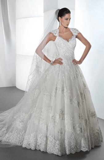La robe de mariée, elle, suit sans les accentuer les courbes du corps, avec  toujours beaucoup de légèreté.