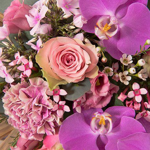 Détail d'un bouquet de fleurs avec des orchidées