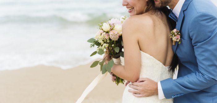 mariés sur la plage bouquet