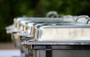 plats en metal pour garder la nourriture au chaud