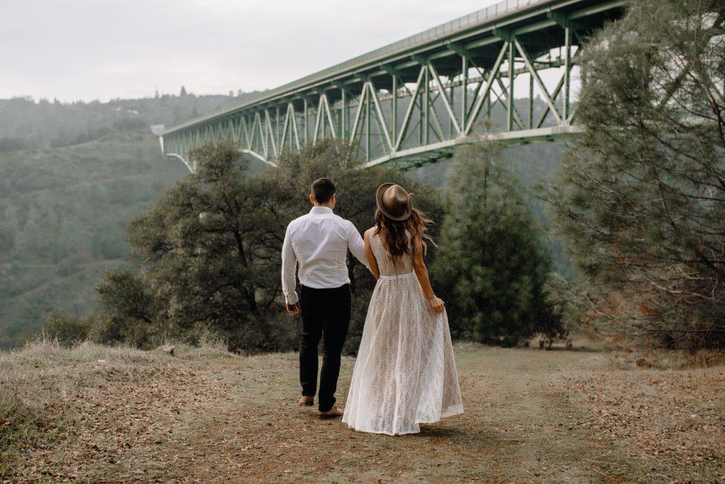 couple de mariés devant un pont