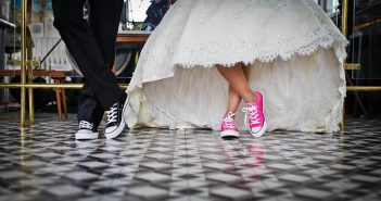 mariés en baskets assorties