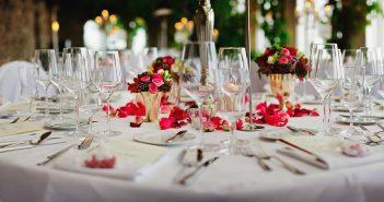 table de repas de mariage avec couverts et fleurs