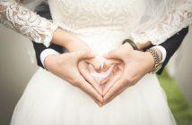 Photo d'un couple de jeunes mariés avec de jolis bijoux
